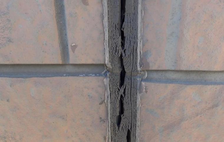 サイディング外壁のシーリング目地割れ